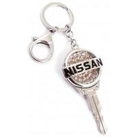 Ключодържател, изработен от метал с емблема на NISSAN, декориран с бели камъни